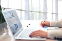妇女分析企业会计 免版税图库摄影