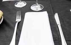 刀子叉子和餐巾 免版税库存照片