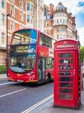 传统公共汽车和红色电话亭在伦敦,英国 免版税库存照片