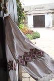 手动地被绣的葡萄酒毛巾 库存图片