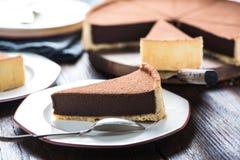 服务切片自创巧克力蛋糕 免版税库存图片