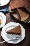服务切片自创巧克力蛋糕 库存照片