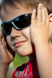 男孩纵向太阳镜 免版税库存照片