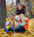 Παιδιά με το σκυλί του Λαμπραντόρ Στοκ Εικόνες