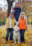 Παιδιά με το σκυλί του Λαμπραντόρ Στοκ φωτογραφία με δικαίωμα ελεύθερης χρήσης
