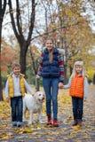 Παιδιά με το σκυλί του Λαμπραντόρ Στοκ Εικόνα