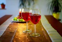 与红葡萄酒和圣诞节装饰的酒杯 库存图片