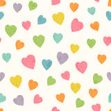 与明亮的五颜六色的手拉的心脏的抽象无缝的样式 免版税图库摄影