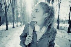 一个女孩的画象冷的口气的 库存图片