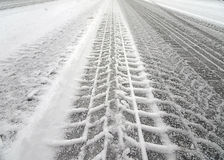在雪的轮胎轨道 免版税库存图片