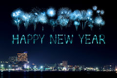 庆祝在芭达亚海滩的新年快乐烟花 免版税库存照片
