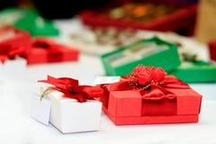 有丝带和弓的美丽的礼物盒 免版税库存图片
