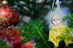 小丑和圣诞节球圣诞节树装饰 免版税库存照片