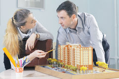 学生建筑师在工作 免版税库存照片