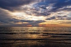 在海洋的火热的橙色日出在佛罗里达 免版税图库摄影