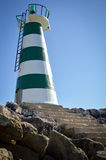 Красивый маяк с ярким солнцем на верхней части на небе Стоковые Фото