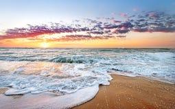 五颜六色的海洋海滩日出 库存图片