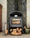 一个壁炉在客厅 库存图片