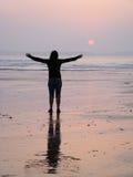 женщина захода солнца Стоковые Фотографии RF