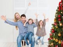 在圣诞树附近的快乐的房子 图库摄影