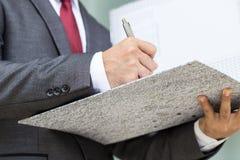 Επιχειρηματίας που υπογράφει ένα έγγραφο Στοκ φωτογραφία με δικαίωμα ελεύθερης χρήσης