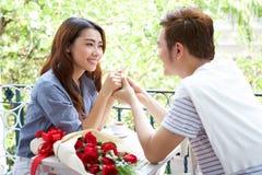 Το ασιατικό ρομαντικό νέο ζεύγος απολαμβάνει το βαλεντίνο Στοκ φωτογραφία με δικαίωμα ελεύθερης χρήσης