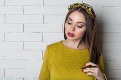 晚礼服的典雅的美丽的性感的妇女与与充分的嘴唇的明亮的晚上构成有在她的嘴唇和机智的红色唇膏的 免版税库存照片