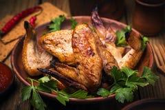 在烤箱的被烘烤的鸡翼 库存照片