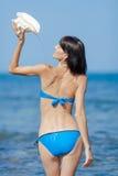 从壳的女孩倾吐的水 免版税库存图片