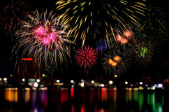 Εορτασμός πυροτεχνημάτων και το ελαφρύ υπόβαθρο νύχτας πόλεων Στοκ εικόνα με δικαίωμα ελεύθερης χρήσης