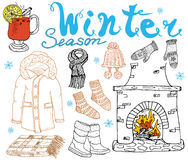 冬天季节集合乱画元素 与杯的手拉的集合热的酒、起动、衣裳、壁炉、温暖的毯子、袜子和帽子, 库存照片