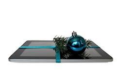有最高荣誉,圣诞节球和在白色隔绝的冷杉分支的数字式片剂 免版税库存图片
