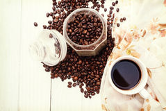 Φλυτζάνι καφέ και φασόλια καφέ στον πίνακα, έμβλημα ελεύθερου χώρου για το κείμενό σας Στοκ φωτογραφία με δικαίωμα ελεύθερης χρήσης