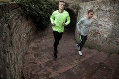 一起跑的男人和的妇女在楼上 免版税图库摄影