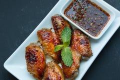 Ψημένα στη σχάρα φτερά κοτόπουλου με το κόκκινο πικάντικο ταϊλανδικό ύφος Στοκ Εικόνα