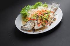 在酱油的被蒸的攫夺者鱼 泰国的食物 免版税库存图片