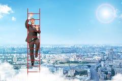 爬在天空的商人红色梯子 免版税库存照片
