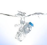 瓶在白色背景的水飞溅 免版税库存图片