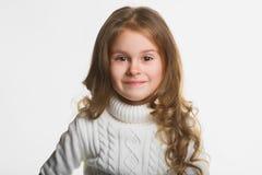 女孩愉快微笑 关闭女性面孔画象 免版税库存图片