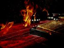 两次曝光电吉他和火 免版税库存照片