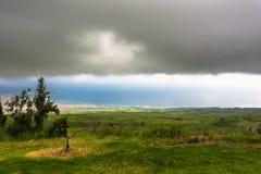 大岛北海岸在一多云天,夏威夷 免版税库存照片