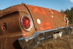 在农田的古董车树干 库存图片
