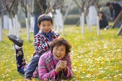 愉快的祖母和孙子 免版税库存图片