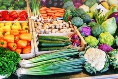 新鲜的有机菜在地方农夫市场上 免版税库存照片