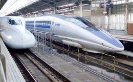 Японский сверхскоростной пассажирский экспресс на станции токио Стоковое Фото