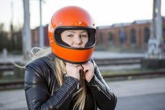 有摩托车盔甲的女孩 免版税库存照片