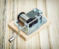 Старая маленькая коробка музыки на деревянной предпосылке, ретро стиль Стоковое Изображение