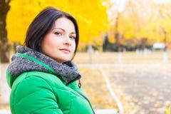 Σκεπτική νέα γυναίκα υπαίθρια το φθινόπωρο Στοκ Εικόνα