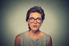 有吃惊的害怕的面孔表示的少妇 免版税库存图片