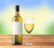瓶白葡萄酒和玻璃在木桌上在自然 免版税库存照片